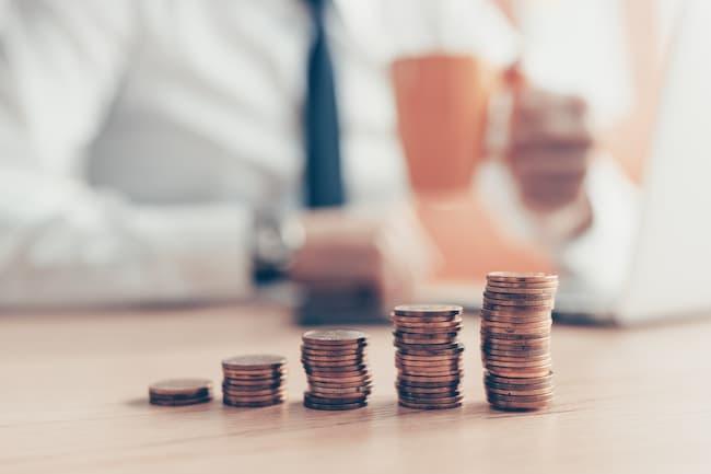 Монеты сложены по порядку на столе.
